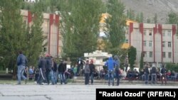 22 майда Хоруғ марказида полициячилар ҳаракатига қарши намойишга йиғилган норозилар.