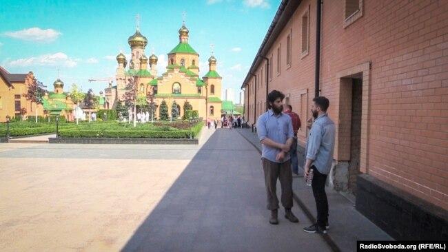 Журналіст Радіо Свобода і бойовик Рафаель Лусваргі (ліворуч) на території Свято-Покровського Голосіївського монастиря УПЦ (Московського патріархату)