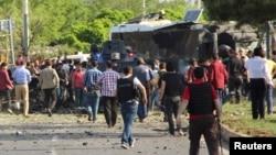 Pjesëtarët e forcave të sigurisë së Turqisë në vendin e sulmit të sotëm në Dijarbakir të Turqisë