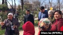 Шымкент қаласы әкімі Ғабидолла Әбдірахымовпен кездесуді талап етіп тұрған аналар. 12 наурыз 2019 жыл.