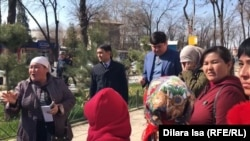 Шымкент қаласы әкіммен кездесуді талап етіп тұрған наразы аналар. 12 наурыз 2019.