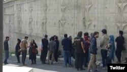 تصویری که «کمیته پیگیری ایجاد تشکلهای کارگری» از تجمع خانواده کارگران بازداشتشده در برابر زندان اوین منتشر کرده است
