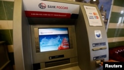 Батыс елдерінің санкциясына ілінген ресейлік банктің банкоматы.