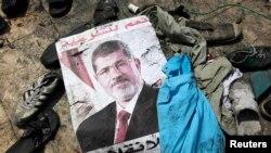 Poster sa likom svrgnutog predsednika Mohameda Morsija