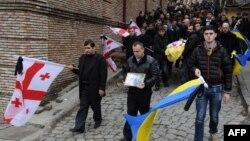 По приблизительным подсчетам военно-аналитического журнала «Арсенали», около 300 этнических грузин принимают участие в боевых действиях на востоке Украины. Часть из них являются гражданами Грузии