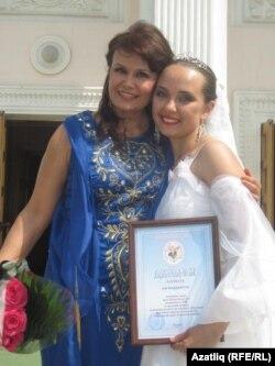 Элеонора Дәүләтова (у) һәм Гүзәл Латипова