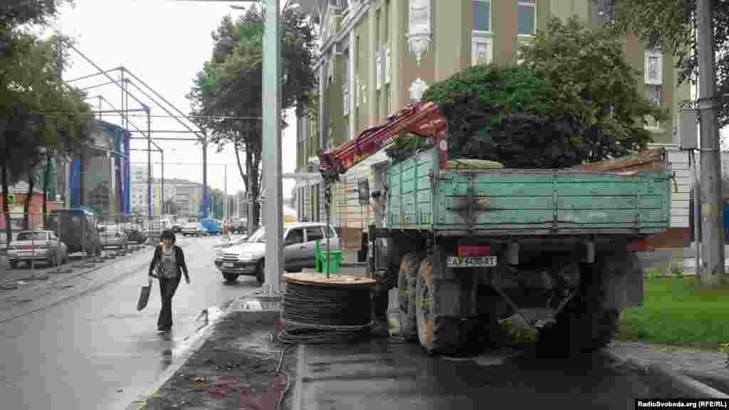 На тротуарі неподалік стадіону «Металіст» стоїть вантажівка