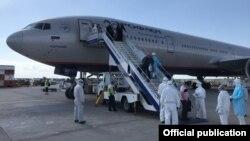 Кыргызстанцев, прибывших рейсом Москва-Бишкек, встречают в аэропорту «Манас», 17 мая, 2020 г.