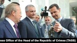 Российский глава Крыма Сергей Аксенов (второй слева) и президент Сирии Башар Асад (справа) во время встречи в Дамаске. Архивное фото