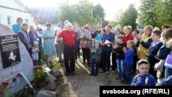 Паўдзельнічаць у адкрыцьці памятнага знаку прыехалі госьці з Магілёву. У цэнтры Міхась Булавацкі.