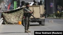 Kabul. Goragda duran esger.