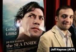 Alejandro Amenabar, A belső tenger című film rendezője a film plakátja előtt Beverly Hillsben, 2005. február 25-én.
