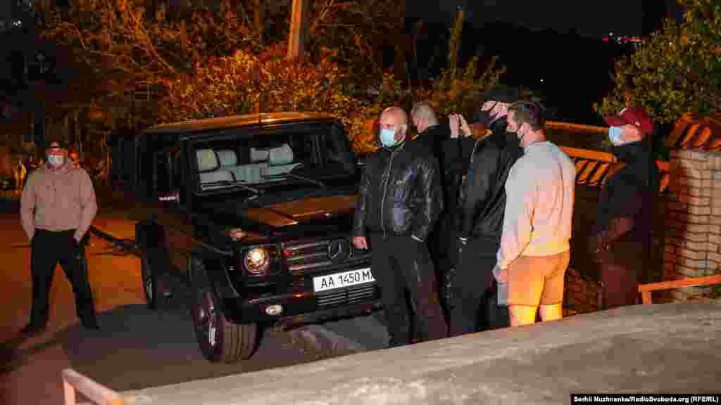 Увечері активісти викликали евакуатор щоб евакуювати авто яке можливо належить Медведчуку і яке було припарковане на тротуарі, але забрати авто завадили молодики, яким пізніше передали ключі з будинку Медведчука і вони відігнали авто