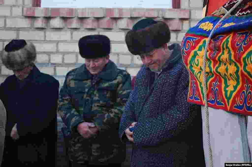 Отец Толкунбека вместе с родственниками