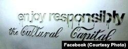 Etichetă afișată pe ziduri referitoare la Timișoara Capitală Culturală Europeană
