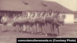 1952. Asistentele de Cruce Roșie primesc lecții de parașutism. Sursa: comunismulinromania.ro (MNIR)