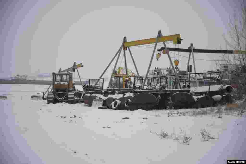 Идел елгасының сәнәгать корылмалары, техника, күтәрү җайланмалы белән тулган яры