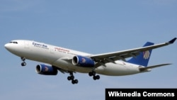 Самолёт A330-200 компании EgyptAir после взлета.