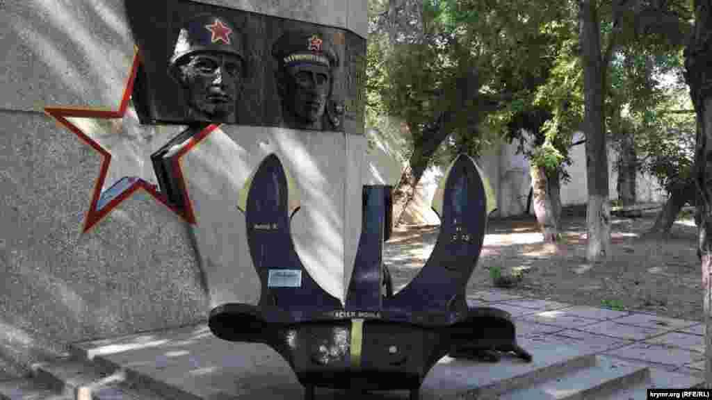 Обновленный памятник участникам Второй мировой войны в честь 30-летия победы. Надпись «Acier moule»– переводится как «литая сталь»