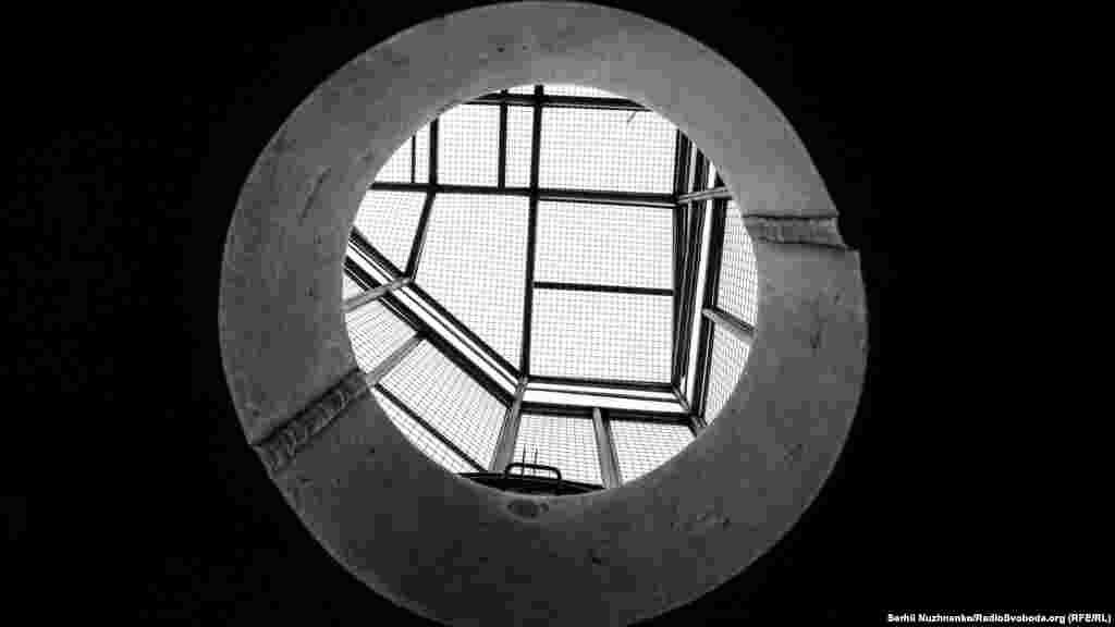 На смотровой площадке 92 метра есть два места для осмотра. Смотровая площадка огорожена настоящей металлической клеткой и через специальный люк можно попасть на самую высокую точку щита, на высоте 94 метров