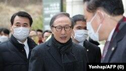 Президенти пешини Кореяи Ҷанубӣ Лӣ Мён Бак ба додгоҳ ҳозир мешавад. 19 феврал, 2020.