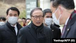 Ли Мён Бак перед заседанием суда.