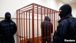Сейчас подсудимого Дмитрия Калоева обвиняют в незаконном хранении боеприпасов. Защита заявляет о фальсификации дела