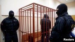 Возле клетки для обвиняемых в Московском городском суде
