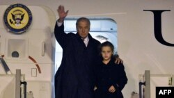 جو بایدن معاون رئیسجمهوری آمریکا به همراه نوهاش در فرودگاه پراگ