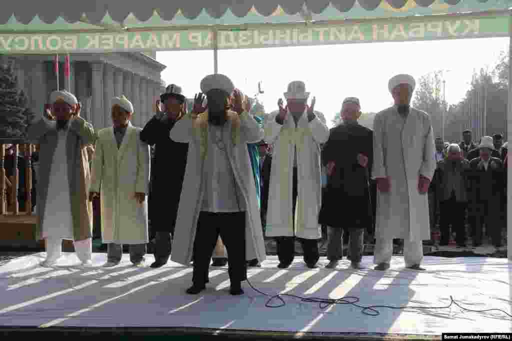 Муфтий Максат ажы Токтомушев намаз учурунда имамдык милдетти аткарды