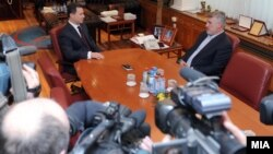 Премиерот Никола Груевски на средба со лидерот на опозициската ДПА Мендух Тачи во владата.