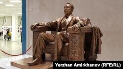 Памятник Нурсултану Назарбаеву в Национальном музее в столице, 2019 год. В этом году ко дню рождения экс-президента в стране установили два новых монумента