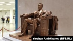 Монумент Нурсултану Назарбаеву в Национальном музее, установлен в честь его 78-го дня рождения. 6 июля 2019 года.