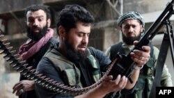 Сирия -- Козголоңчу жоокер пулемотун дүрмөттөп жатат. Алеппо, 1-апрель, 2013.