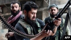 Сирия оппозициясынын согушкери Алеппо шаарынын Шейх Масуд районундагы уруш кезде, 1-апрель 2013