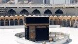 Главная святыня мусульман Кааба в совершенно безлюдном внутреннем дворе Заповедной мечети в Мекке. Весна 2020 года