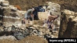 Незаконні археологічні розкопки на місці споруджуваної траси «Таврида» під Керчю, травень 2017 року