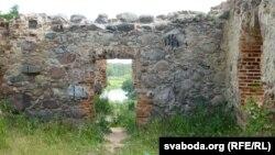 Сьцены будыніны на замчышчы выкладзеныя з валуноў