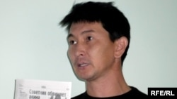 Журналист Лұқпан Ахмедьяров жазушы Алпамыс Бектұрғановқа байланысты сотта отыр. Орал, 6 қазан 2009 жыл.