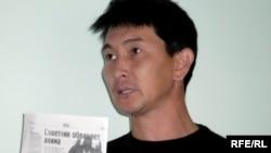 Журналист Лукпан Ахмедьяров в судебном процессе над диссидентом Алпамысом Бектургановым. Уральск, 6 октября 2009 года.