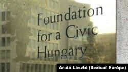 A Fidesz-alapítvány irodájának a táblája Brüsszelben.
