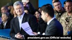 Петр Порошенко и Владимир Зеленский во время дебатов на НСК «Олимпийский» 19 апреля 2019 года