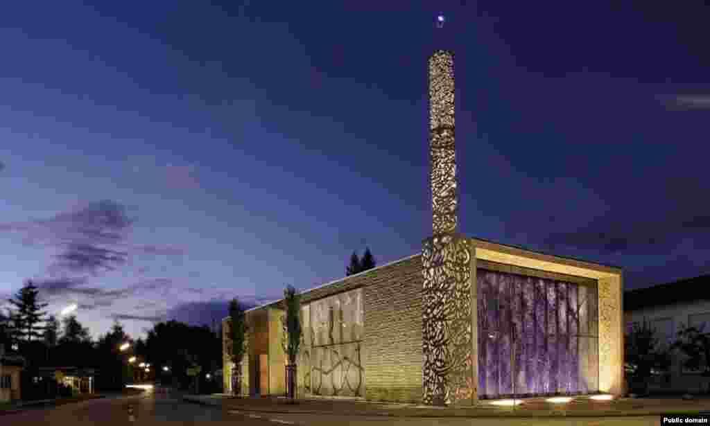 Бавариянең көньягындагы Пенцберг шәһәрендә шакмаклы итеп салынган яңа мәчет тә архитектура бәйгеләрендә җиңеп чыкты.
