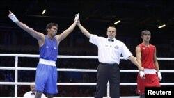 Serdar Hudaýberdiýew (sagda) hindistanly boksçy Manoj Kumardan ýeňildi. 31-nji iýul, 2012 ý.