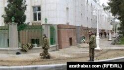 Türkmen goşunynyň esgerleri aç galmazlyk üçin ene-atalaryndan pul soraýarlar