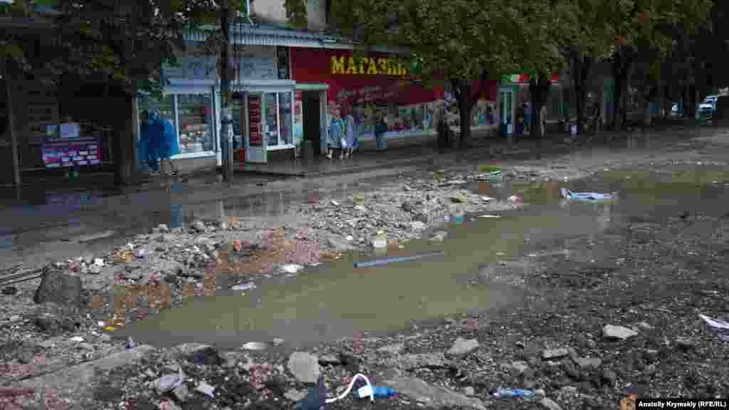 Большая лужа на месте демонтированного торгового центра «Куб»