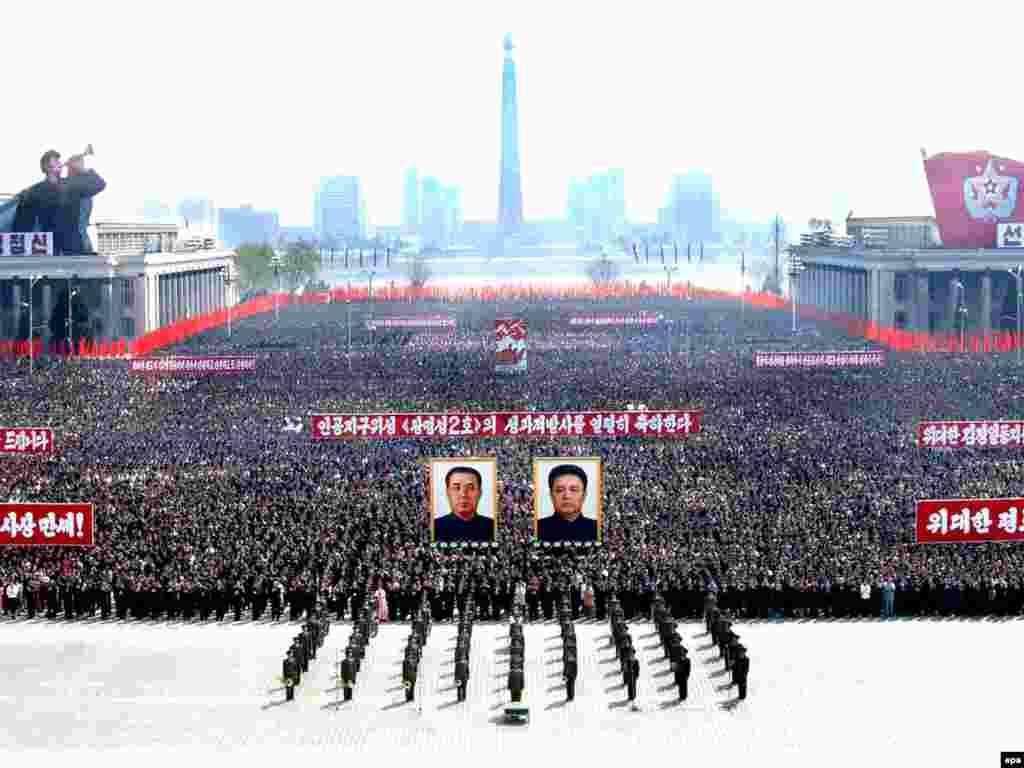 В Северной Корее празднуют успешный запуск спутника с патриотическими песнями