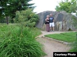 Мэри и Джек пара туристов, которых мне удалось заснять возле могильного камня Брауна.