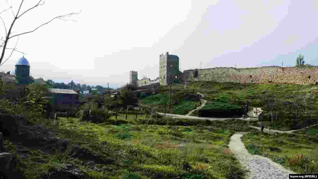 Храм во имя Иверской иконы Божией Матери, генуэзские башни Климента и Криско