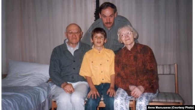 Юлиус Вольфенгаут с женой, сыном и внуком. Германия. Регенсбург. 1990-е гг.